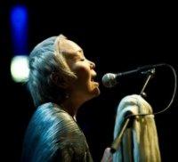 Женщина с тысячью голосов выступит на уральской сцене